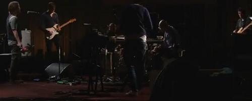 Китаристът на Radiohead свири Чайковски с тамбура