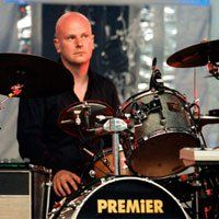 Барабанистът на Radiohead издава соло албум, а Джони Грийнууд продължава с класиката