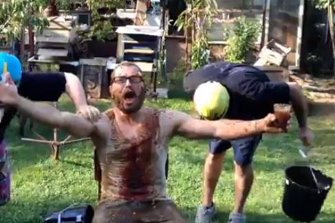"""Видео: Бичето вдигна летвата: Заля се с кофа… и обяви  """"Няма култура"""""""